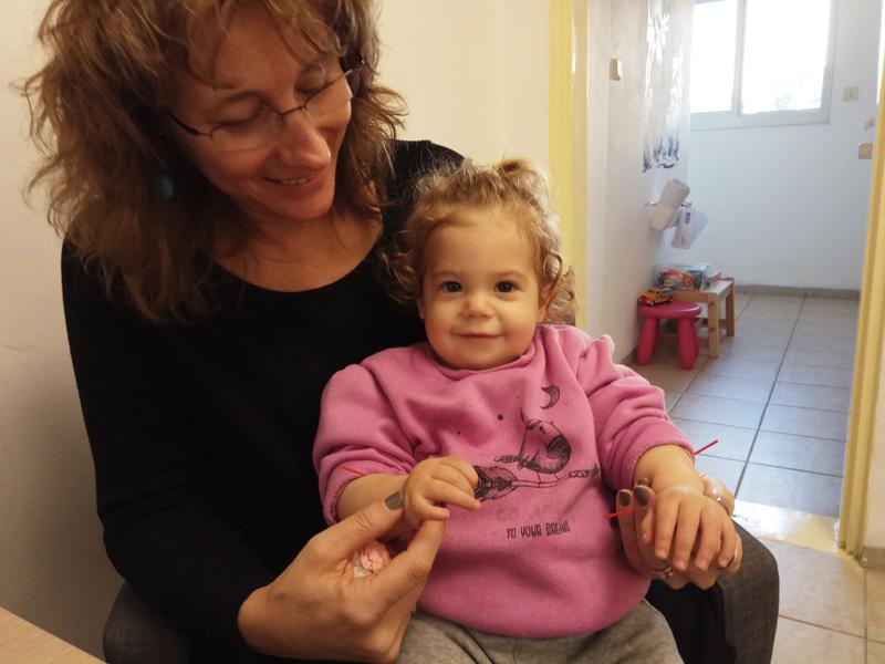 סבתא וילדה בטיפול דיקור סיני לילדים